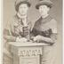 portrait en demi hauteur de deux femmes en studio, appuyée à une colonne et portant les mêmes manteaux et chapeaux